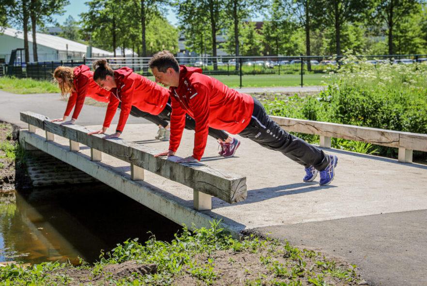 Buurtsportcoaches sporten in de openbare ruimte