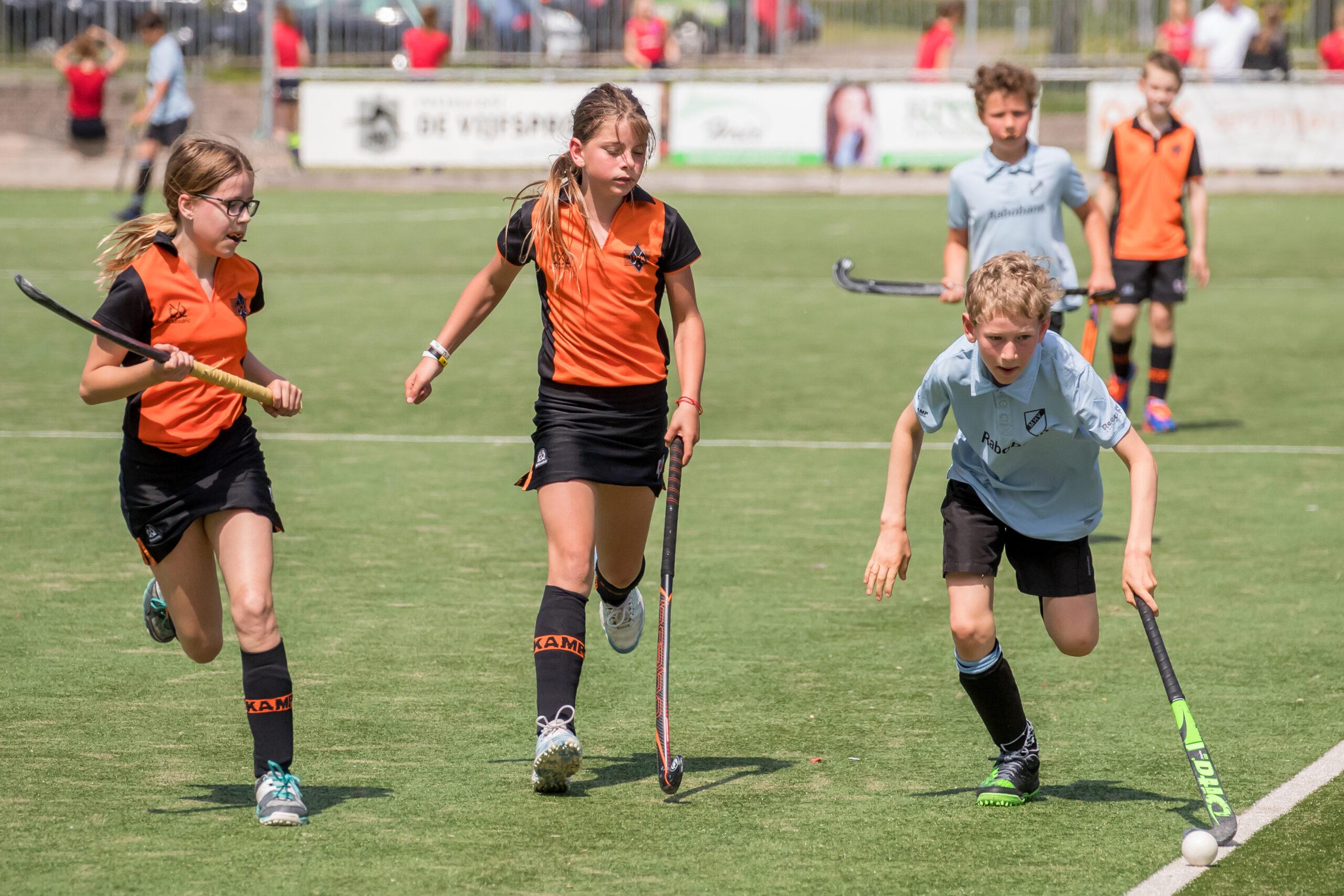 Kinderen spelen wedstrijd hockey