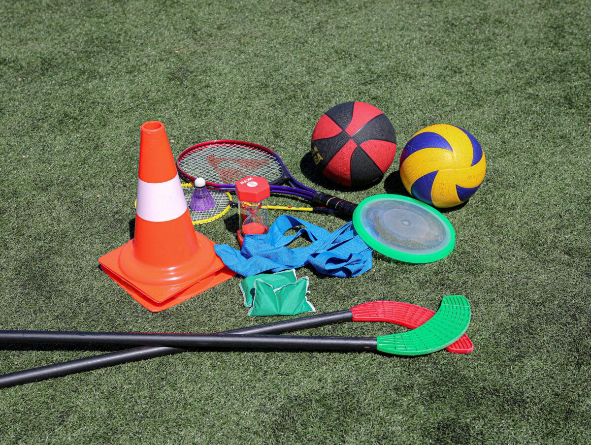 Sport- en spelmateriaal ligt op het gras