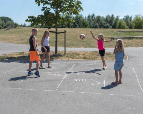 Kinderen spelen buiten het spel Kingen