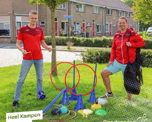 Robin en Mark met de buurtbeweegpakketten op een speelveldjes